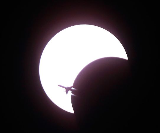 airplane-solar-eclipse-annular-ring_11934_600x450